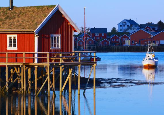 A Global Gender Gap Report listáján Norvégia került a dobogó harmadik fokára. Itt a női foglalkoztatottság rendkívül magas, minek köszönhetően az országban a munkanélküliek száma is minimális. A képen norvég halászfalu látható jellegzetes házikóival.