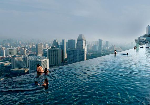 A szingapúri Marina Bay Sands páratlan élményt nyújt, a medencét magáénak tudó hotel vendégei a vízből gyönyörködhetnek a városra nyíló kilátásban.