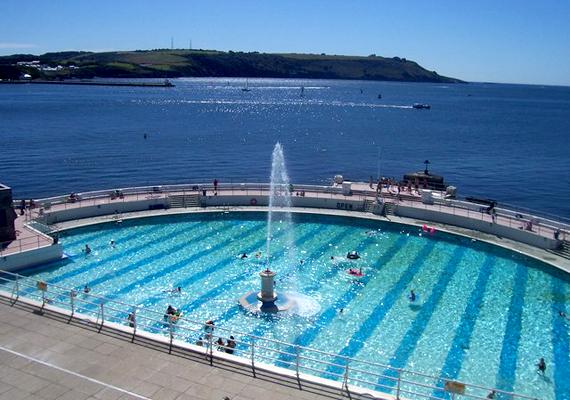 Csakúgy, mint a Plymouth-ban található Tinside Pool.