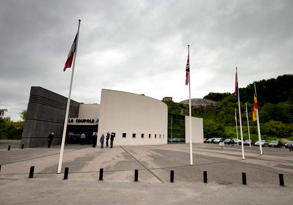Az észak-franciaországi partokhoz közel található La Coupole föld alatti komplexum 1943 és 1944 között épült fel. Ma a látogatók gazdag történelmi és tudományos kiállítást tekinthetnek meg területén. A képen a múzeum bejárata látható.