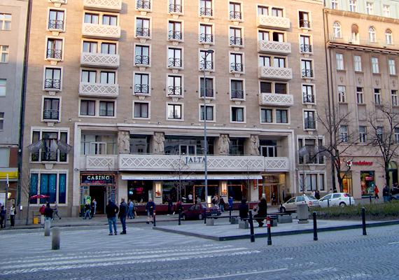A lista első helyén a prágai Hotel Jalta egykor titkos bunkere áll, melyet az 1950-es években építettek meg, hogy egy esetleges nukleáris támadás során védelmet nyújtson a politikusoknak. Mindemellett tökéletes lehetőséget biztosított arra is, hogy a hotel külföldi vendégeit megfigyeljék és lehallgassák.