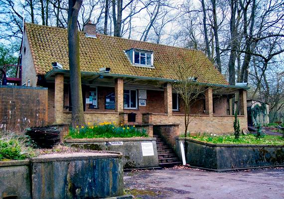 A képen az angliai Kelvedon Hatch-nél található hidegháborús bunker bejárata látható, mely kívülről egyszerű épületnek tűnik. 1992-ben nyitották meg a nyilvánosság előtt.
