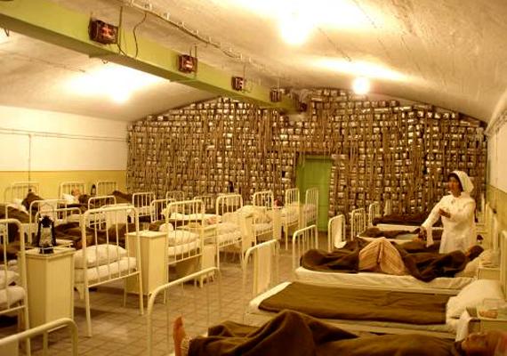 A második helyen említett Sziklakórház a budai Vár alatt található, és egy mintegy 2300 négyzetméteres létesítményt jelent. 2008-ban nyílt meg a látogatók előtt, akiket ma több kiállítással és számos programmal várnak. Ha többet szeretnél tudni róla, kattints ide!