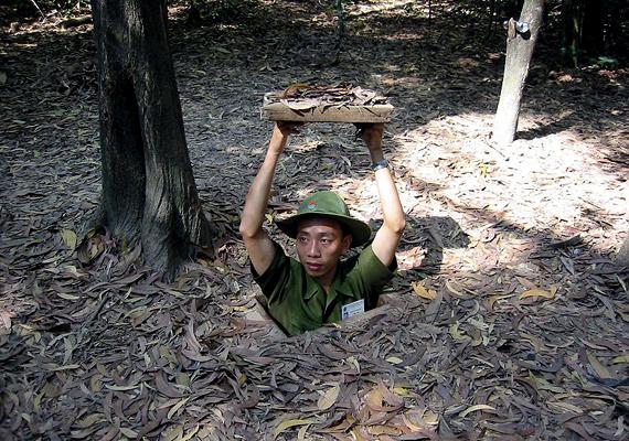 A vietnami Cu Chi és Vinh Moc alagutak egyes részeit ma a turisták is bejárhatják.