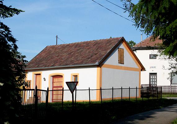 A Zala megyében, Zalaegerszeg közelében található Iborfiát előszeretettel nevezik az ország legkisebb falvának, ez ugyanis hazánk legalacsonyabb népességszámmal rendelkező, önálló önkormányzattal rendelkező községe.