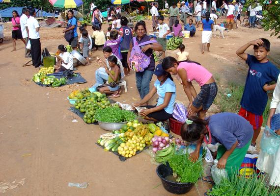 A lista szerint - a WIN/Gallup kutatásra hivatkozva - a reményteljes életszemlélet és a boldogság terén a kolumbiaiak járnak az élen. A képen egy Amazonas-menti, kolumbiai piac látható.