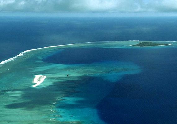 A Marshall-szigetek területe, azon belül is a Bikini-zátony jelentős színtere volt az Amerikai Egyesült Államok atomkísérleteinek, 1946 és 1958 között számos nukleáris fegyvert teszteltek itt, aminek máig látszanak a nyomai. A képen látható, sötétkék, kör alakú folt a Castle Bravo bomba 1954-es becsapódásának eredménye. A Bravo-krátert máig a világ leghatalmasabb atombombakráterének tartják. Ha többet szeretnél tudni az itteni kísérletekről és hatásaikról, kattints ide!