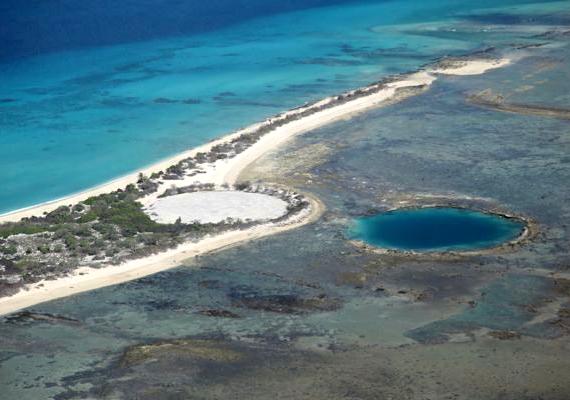 A nukleáris kísérletek további nyomai, szintén a Marshall-szigetek területén, az Enewetak-zátonyon. A kék lyuk a Lacrosse-kráter, a fehér, kör alakú építmény pedig a Cactus Dome, melyet a nukleáris szennyezéstől való védelem érdekében építettek.