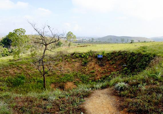 A vietnami háború során ledobott bombák kráterei is megmaradtak mind a mai napig. A képen egy, a laoszi Kőedény-síkságon ütött lyuk látható.