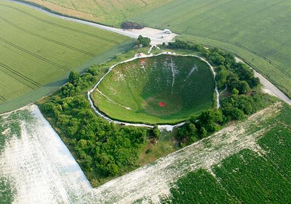 Nemcsak az atomkísérletek nyomai látszanak azonban meg a bolygón, a háborús pusztítás sebhelyei legalább ilyen feltűnőek. A képen a franciaországi Lochnagar-kráter, pontosabban bombatölcsér látható, mely az első világháború során a nyugati front legnagyobb hasonló képződménye volt. A Somme-i csata helyszínén található kráter ma emlékpark, mely a világháború áldozatai előtt tiszteleg.