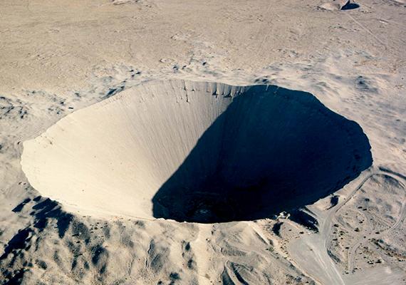 Az amerikai egyesült államokbeli, nevadai Sedan-kráter 1962-ben keletkezett a Sedan nukleáris kísérlet során elvégzett föld alatti atomrobbantás következtében. A nyomok szabad szemmel is láthatók az űrből.