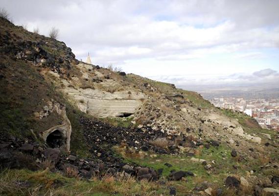 A Hürriyet Daily News által közölt kép a felfedezéshez kapcsolódóan. A barlanglakásokból eddig 44 régészeti leletet emeltek ki, de ezekről még nem tudni közelebbit.
