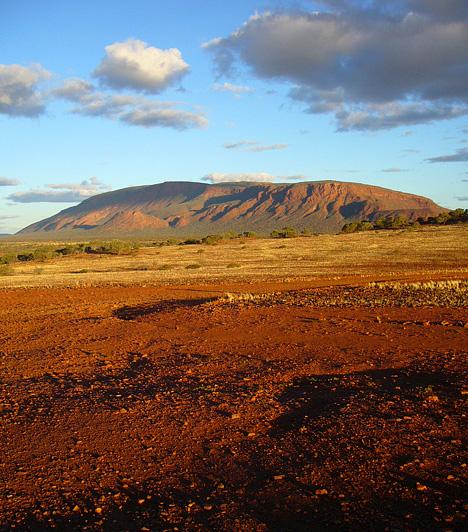 A legnagyobb sziklatömb  A világ legnagyobb sziklatömbje a 1105 méter magas Mount Augustus, mely Nyugat-Ausztráliában, a Mount Augustus Nemzeti Parkban található. Az őslakosok legalább annyira tisztelik, mint a másik vörös óriást, az Ulurut.  Kapcsolódó cikk: A világ egyik legfurcsább természeti képződménye »