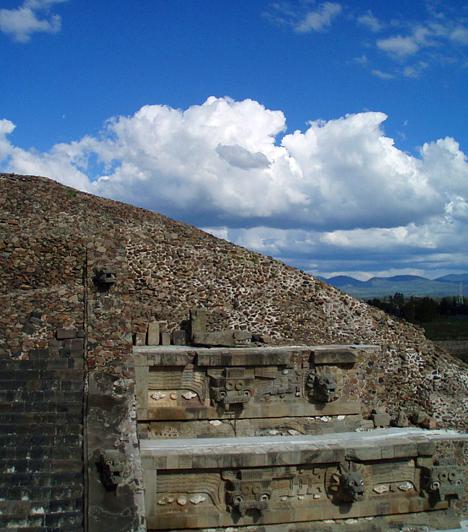 A legnagyobb térfogatú piramis  Cholula de Rivadabiában, Mexikóvárostól mintegy száz kilométerre található a világ legnagyobb térfogatú piramisa, a Quetzalcóatl, mely az aztékok idejében vallási ceremóniáknak és rituáléknak adott otthont.