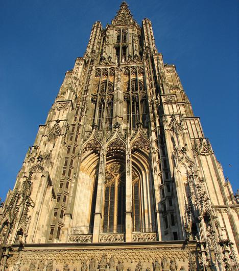 A legmagasabb keresztény templomAz evangélikus és gótikus építészet csodája, egyben Németország egyik legismertebb temploma, a 161,53 méter magas ulmi székesegyház a legmagasabb a világ keresztény templomai közül.
