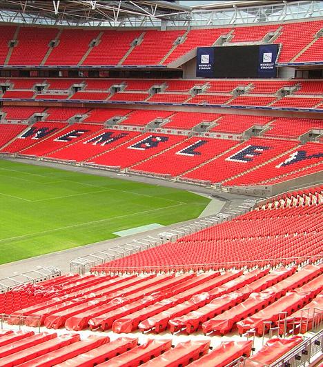 A legnagyobb fedett stadion  A Futball Otthona néven is ismert londoni Wembley Stadion a világ legnagyobb tetővel fedett stadionja, 90 ezer férőhelyével emellett Európa második legnagyobb kapacitású arénája, melyet nemcsak akkor érdemes felkeresned, ha a sport szerelmese vagy.