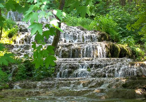 A Szalajka-patakot karsztforrások táplálják, melyek vizéből kalcium-karbonát csapódik ki, létrehozva ezzel azt a természetes lépcsősort, melyen a víz végigzubog.