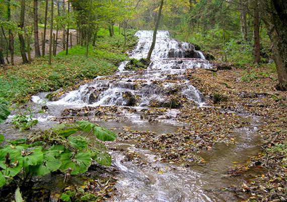 A Fátyol-vízesés, mely a Szilvásvárad fölötti Szalajka-völgyben található, szintén páratlan csoda.
