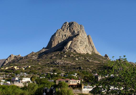 A Bernal-csúcsnak is nevezett Peña de Bernal Mexikó legnagyobb monolitja. Közel százmillió éves, egykor pedig magassága mai méretének háromszorosa volt.