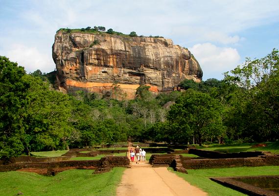A Srí Lankán található Sigiriya, vagyis az oroszlánkő 370 méterrel magasodik a dzsungel fölé.