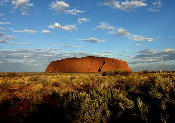 Az ausztráliai Uluru a legnagyobb monolit a világon. Az őslakosok szent helynek tekintik, emellett számos legenda kapcsolódik hozzá: egyes összeesküvés-elméletek szerint köze van a földönkívüliekhez is - vannak, akik szerint a hegy belsejében különös lények élnek.