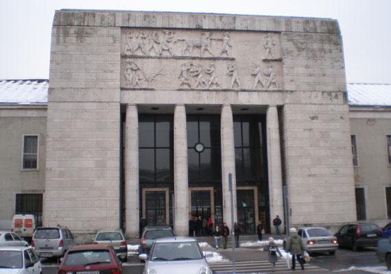 A győri vasútállomás monumentális épülete szintén nem túl szép látvány. 1953 és1958 között épült, felújításának fontosságát nemcsak a szebb városkép, de a turisták miatt is gyakran hangoztatják a helyiek.