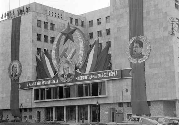 """A Jászai Mari téren található egykori Belügyminisztérium épülete, ismert nevén """"Fehér Ház"""" 1950-ben. Később ÁVH-központként működött, napjainkban pedig képviselői irodaház."""
