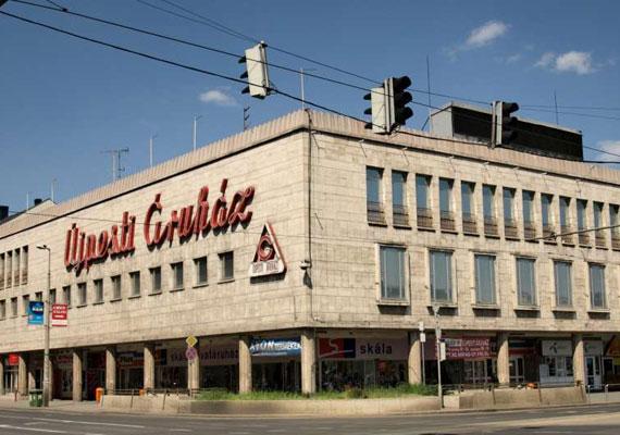 """A szocializmus idején számos bevásárlóközpont jelent meg, de külsejük miatt korántsem nevezhetők az építészet remekműveinek. Az Újpesti Áruház 1952-ben épült, a helyiek mai napig """"Állami""""-ként emlegetik."""