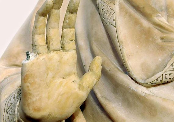Egy Connecticutból Olaszországba érkezett turistának egy firenzei múzeumban sikerült egy 15. századi szobor ujját letörnie.