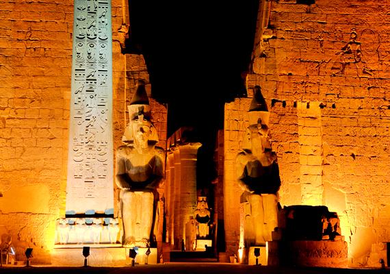 Egy kínai tinédzser, Ding Jinhao olyannyira unatkozott egy ősi egyiptomi, luxori templomban, hogy nem átallotta nevét belekarcolni a falba.