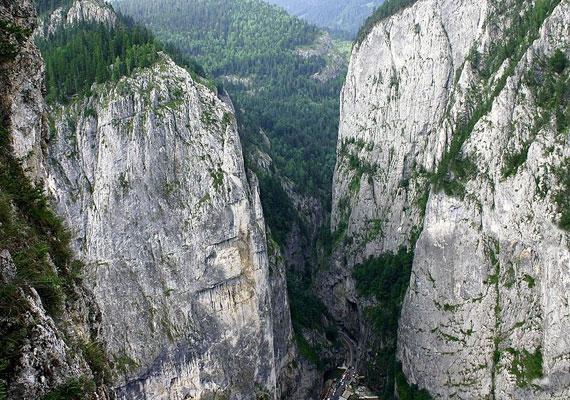 A Békás-szoros a Keleti-Kárpátok gyönyörű szurdokvölgye. A hatalmas, 200-300 méter magas sziklafalak lélegzetelállító látványt nyújtanak.