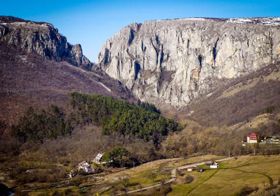 A Tordai-hasadék a Torockói-hegységben található, Románia leglátványosabb természeti csodái közé tartozik. Ez elsősorban annak köszönhető, hogy körülbelül két kilométer hosszan húzódik a 250-300 méter magas sziklafalak között.