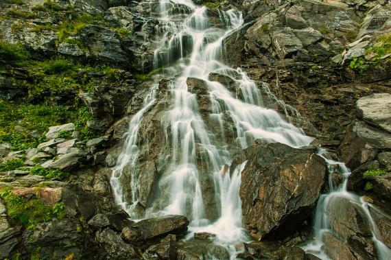 A Balea-vízesés 1234 méter magasságban található a Fogarasi-havasok északi oldalán. A Balea-tó vize 60 méteres mélységbe zuhan, majd több, kisebb vízesésben folytatja útját. Bár közvetlenül egyetlen turista út sem halad el mellette, mégis sokakat vonz - egy felvonóból lehet gyönyörködni a látványában.