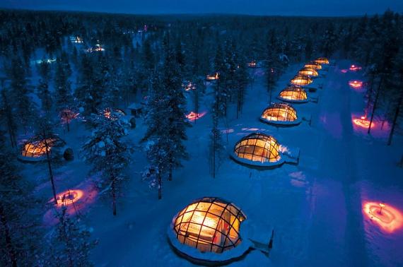 A finnországi Hotel Kakslauttanen szobái egész más látványt nyújtanak: hiába az ítéletidő, a modern igluk puha ágyaiból kényelmesen megtekinthető akár a csillagos égbolton fátyolszerűen tekergőző sarki fény is.