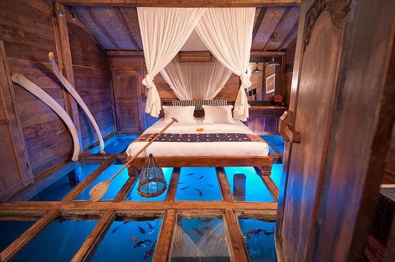 Az Indonéziához tartozó Bali szigetén található Udang House üvegpadlós szobájába lépve a fenti képhez hasonló élmény várja a szállóvendégeket.