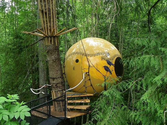 A kanadai Free Spirit Spheres szintén az erdő közepén várja a szállóvendégeket. A helyszín pedig nemcsak az elhelyezkedése miatt különleges, de a megközelítése is igazi kalandtúrának felel meg.