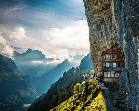 A svájci Alpok bámulatos látványát minden szálloda igyekszik kihasználni. Nincs ez másképp a közép-svájci gyöngyszemben, az Äscher Cliff épületénél sem, amelyet rengetegen a bakancslista kötelező elemeként emlegetnek.