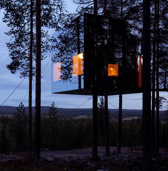 A Mirrorcube Tree House Hotel Svédországban várja látogatóit, és nevéhez hűen valóban egy különleges, lebegő tükörkockáról van szó az erdő fölött.