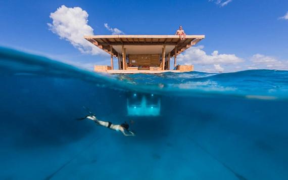 A Tanzániához tartozó Zanzibár szigetén az előbbi káprázatos látványnál még merészebb lehetőségek fogadják a vendégeket: mivel a szálláshely az Indiai-óceán vizében van, az üvegfalú szobából megfigyelhetik a vízi világot, vagy alatta akár úszhatnak is egyet.