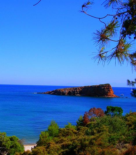AlonissosAlonissos a Sporádok-szigetcsoport északi tagjainak egyike. Az autentikus görög sziget leginkább természeti szépségeiről és varázslatos strandjairól híres - partjai mellett a víz tisztasága az egész Égei-tengeren egyedülálló.