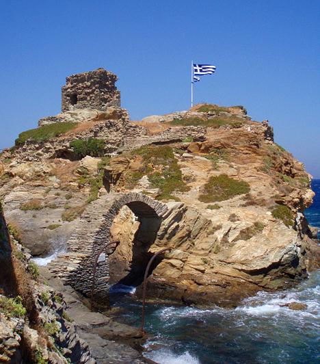 Andros  Adros egyike az Athénhoz legközelebb fekvő görög szigeteknek. Számos hagyományos és festői szépségű falvával, valamint a velencei és a görög építészetet ötvöző épületeivel a Kikládok valódi gyöngyszeme.