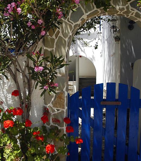 Antiparos  Az aprócska sziget a Kikládok tagja, egyben kiváló úti cél azoknak, akik el szeretnének rejtőzni a világ elől. 57 kilométeres partja az Égei-tenger mentén, valamint elbűvölő falva, Kastro kihagyhatatlan élmény.