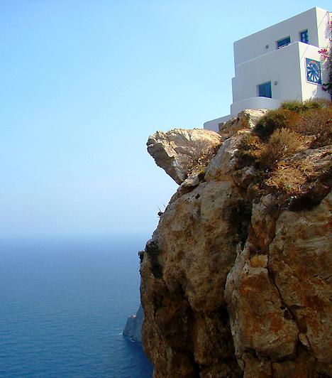 FolegandrosA Paros és Santorini között elhelyezkedő sziget egyike a Kikládok azon tagjainak, ahová valóban pihenni járnak az utazók. A hely vonzerejét amellett, hogy még nem fertőzte meg a turisták hada, tradicionális karaktere, hangulatos falvai és a lenyűgöző természeti szépségek sokasága jelenti.