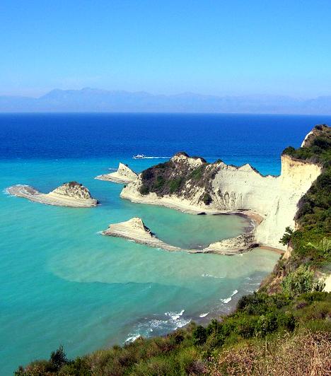 Korfu  Korfu egész Görögországot tekintve is az egyik legkedveltebb úti cél. A Jón-szigetcsoporthoz tartozó természeti csoda mesés tengerpartokban és építészeti különlegességekben egyaránt gazdag, emellett élénk éjszakai életéről is híres.