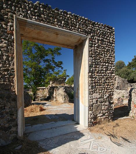Kos Kos szigete a Dodekanészosz-szigetcsoport harmadik legnagyobb tagja, egyben a második legkedveltebb úti célja Rodosz után. Az ókori romokban is gazdag sziget rendelkezik a környék egyik legfejlettebb turisztikai infrastruktúrájával.