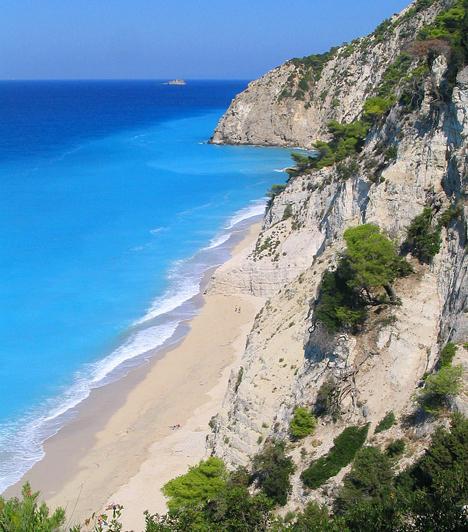 Lefkada  Lefkada sziklás, hegyes-völgyes tájai a Jón-szigetcsoport részét képezik. Annak ellenére, hogy turisták ezreit vonzzák a helyi természeti és kulturális látnivalók, a vidék amennyire csak tudta, megőrizte szépségét és érintetlenségét.