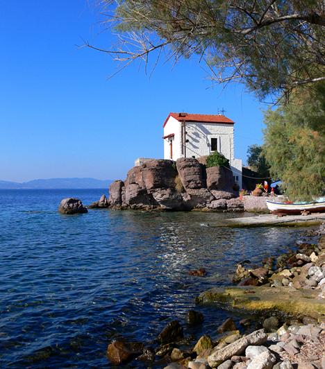Lesbos  Lesbos az Égei-tenger északkeleti részének legnagyobb szigete. A barátságos lakókkal, gyógyító forrásokkal és különleges építészeti kincsekkel büszkélkedő sziget hírnevét elsősorban annak köszönheti, hogy a költőnő, Szapphó szülőhelyéül szolgált.