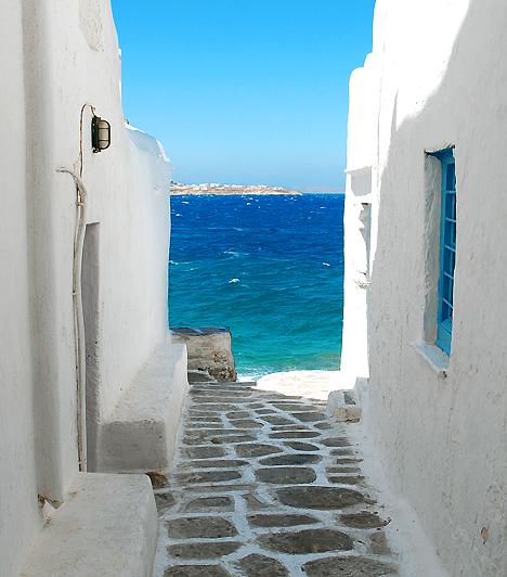 Mykonos  Kréta és Santorini után a Kikládokhoz tartozó Mykonos a harmadik legnépszerűbb görög szigetnek számít. Éjszakai életét Ibizáéhoz hasonlítják, a legtöbben mégis a jellegzetes kék-fehér atmoszféráért és a homokos partokért látogatnak ide.