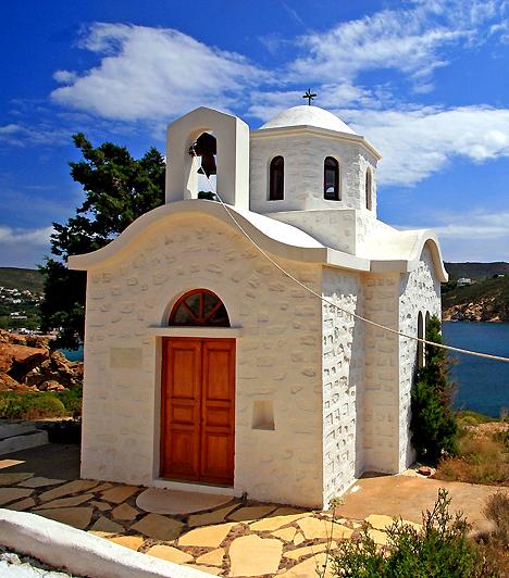 PatmosA Dodekanészosz-szigetcsoporthoz tartozó Patmos Görögország egyik legvallásosabb szigeteként híresült el, ugyanis Szent János itt írta meg Apokalipszisét. A zarándokokon kívül turisták is szép számmal megfordulnak itt, elsősorban a sziget egyedülálló természeti kincseinek köszönhetően.