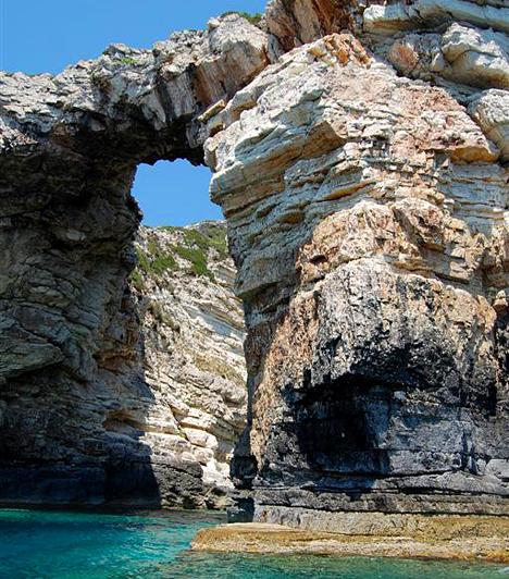 PaxiA Korfutól délre található Paxi a legkisebb, ám leggyönyörűbb sziget a Jón-tengeren. Hangulatos kikötője, smaragdzöld hegyei, tengeri barlangjai és olívaligetei épp olyan érintetlenek, mint évszázadokkal ezelőtt lehettek.